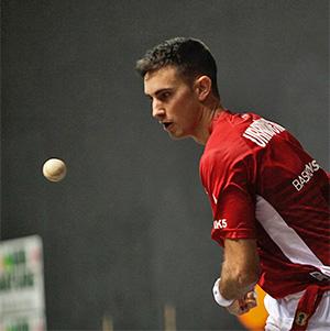 Mikel Urrutikoetxea, un delantero en la zaga